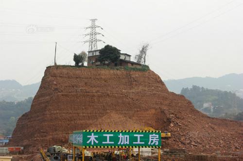 Ngôi nhà nằm trên một quả đồi cao 20m (Ảnh VNEexpress)