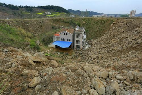 Ngôi nhà nằm trong thung lũng đất đá và rác (Ảnh VNEexpress)