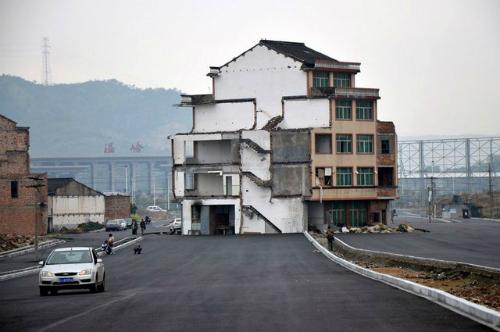 Ngôi nhà nằm giữa đường cao tốc (Ảnh VNEexpress)
