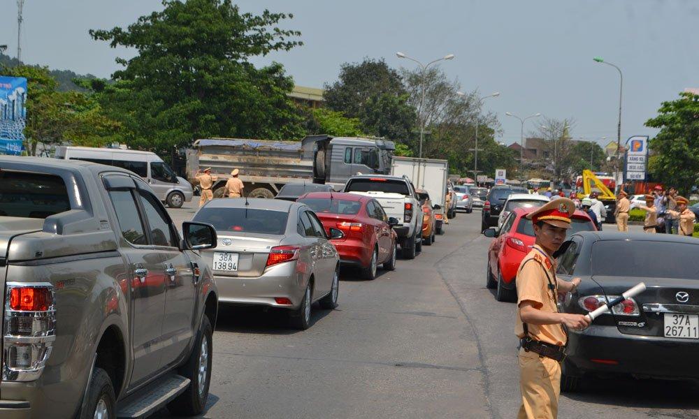 Hình ảnh CSGT phân luồng, điều tiết giao thông tại trạm thu phí Cầu Bến Thủy
