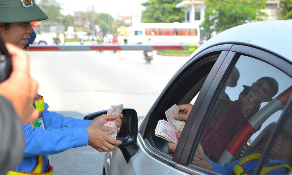 Hình ảnh nhân viên xé vé lẻ cho khách để giảm ùn tắc